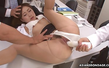Hot office lady, Yuno Shirasuna got DPed while convenient work