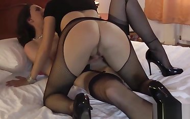 Mature lesbo in stockings